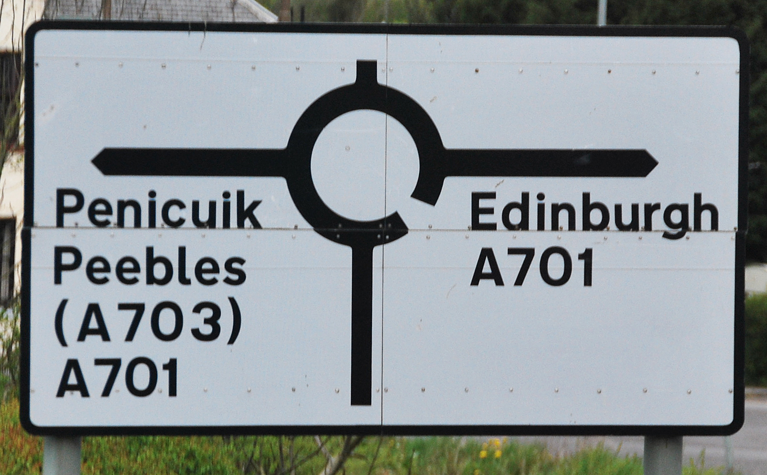 A sign in Scotland indicating that you are about to enter a round about. http://www.enjoy-europe.com/hte/chap18/Chap18images/0220ScotlandTrafficCircle.jpg